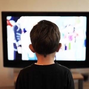 テレビを観る少年
